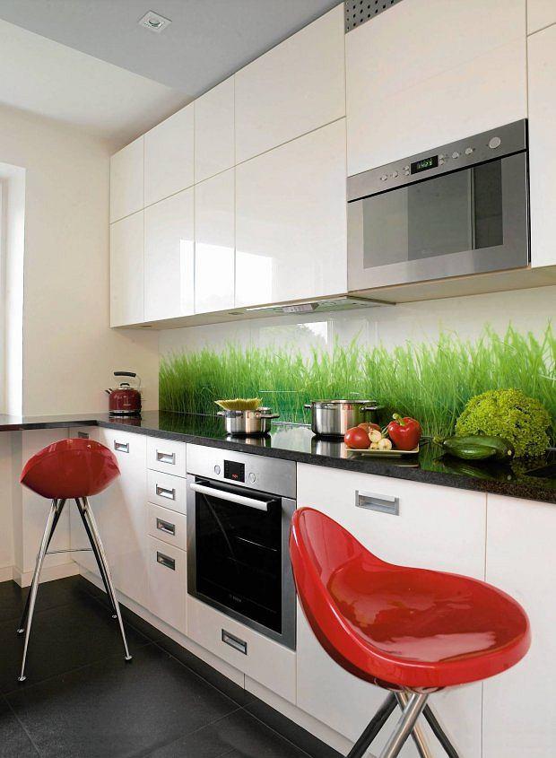 SZKŁO + FOLIA. Dwie tafle szkła z wklejoną między nie folią z nadrukiem trawy. Nie tylko chroni ścianę, ale także stanowi wyrazistą dekorację. Znakomity sposób na wprowadzenie koloru np. do białej kuchni.