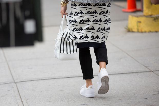 Do czarnych spodni sprawdzą się, kontrastujące białe buty