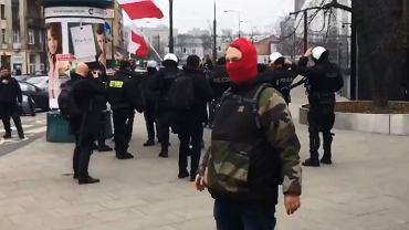 Zamaskowany mężczyzna w centrum Warszawy