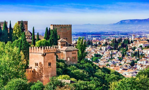 Widok na Alhambrę w Grenadzie, w Andaluzji (fot. Shutterstock)