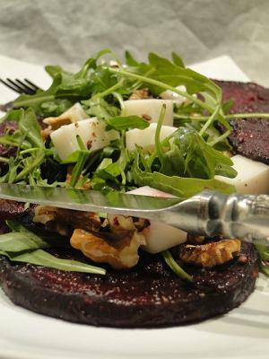 Sałatka z pieczonych buraków z kardamonem i kozim serem