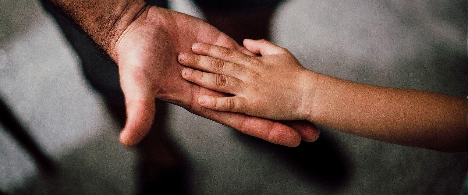 Księża pedofile często osaczają zranione dzieci (Fot. Juan Pablo Arenas /pexels.com)