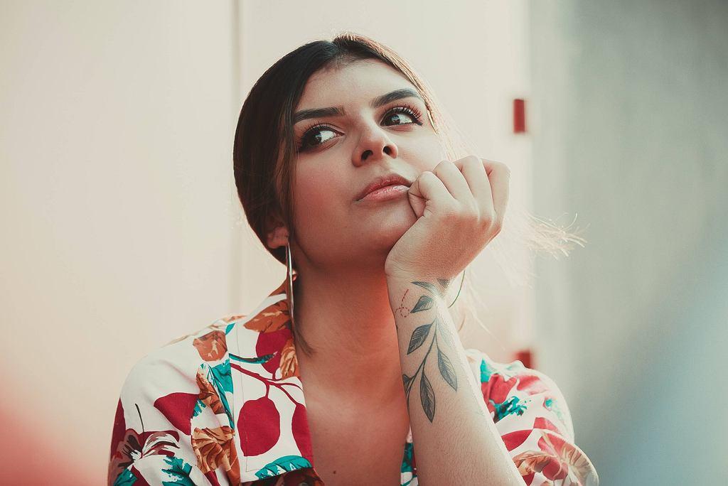 Tatuaże damskie - minimalistyczne czy z napisami? Gdzie zrobić tatuaż?