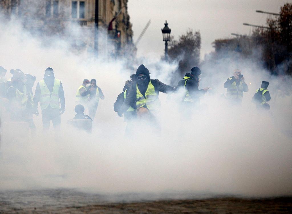 Paryż, Pola Elizejskie, 1 grudnia 2018. Demonstracje przeciwko polityce prezydenta Emmanuela Macrona ostro tłumione przez policję.