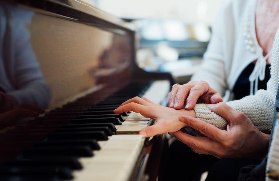 Coraz więcej od dzieci wymagamy. Angielski od czwartego roku życia, pianino od piątego, informatyka od szóstego i dobre stopnie w szkole z kartkówek, sprawdzianów, testów, dyktand itd.