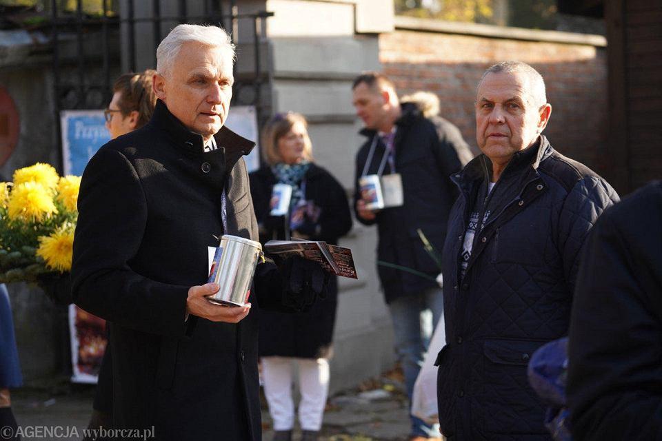 Wszystkich Świętych. Ratujmy Płockie Powązki. Kwesta na cmentarzu przy Kobylińskiego. Kwestuje Piotr Nowicki