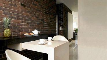 Nie sztuka postawić stół w dużej kuchni. Ale co zrobić, gdy brak na niego miejsca? Wtedy trzeba znaleźć dobry pomysł na niewielki choćby stolik. Albo blat, który będzie pełnił jego funkcję. <BR />MEBLE KUCHENNE - STOLIKI. Stolik wysuwa się spod blatu-półki zamontowanego wzdłuż ściany; po wsunięciu nie utrudnia poruszania się po pomieszczeniu.