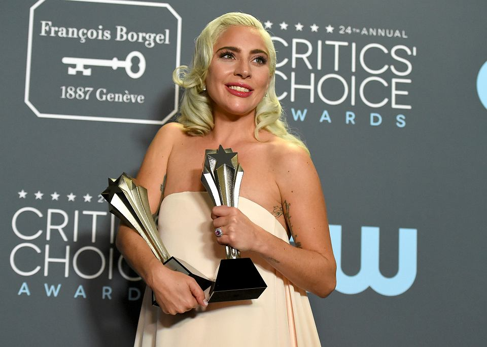 Lady Gaga pozuje ze statuetkami nagrody Critics' Choice, Santa Monica, 13.01.2019.