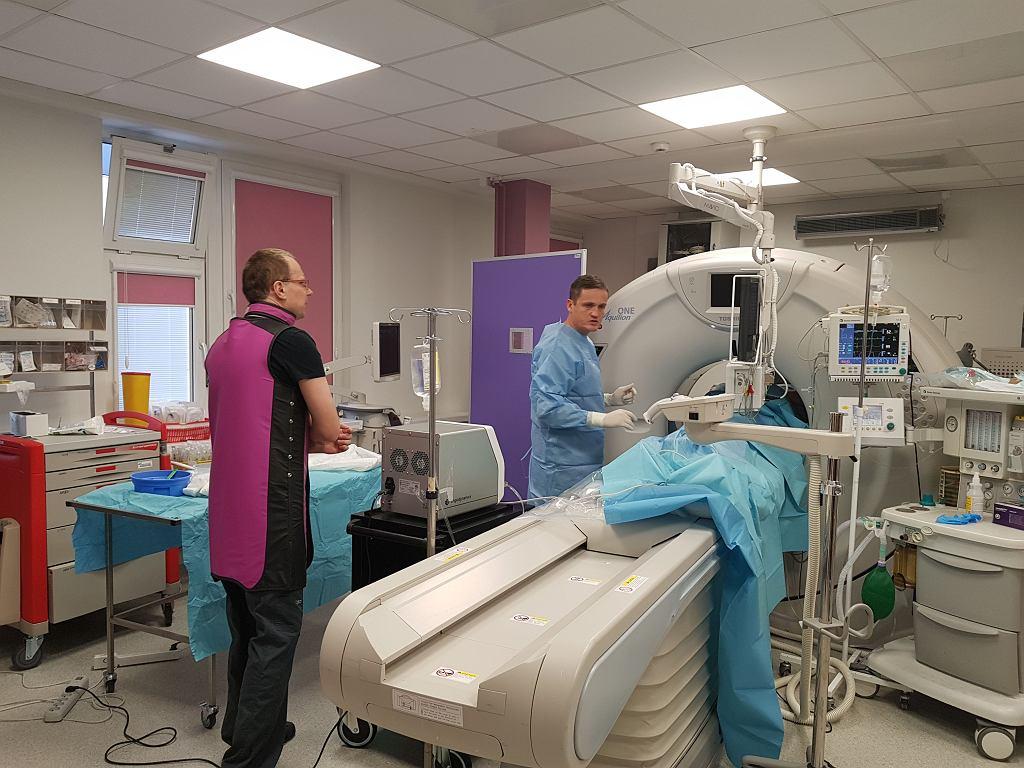Radiolodzy interwencyjni z Centralnego Szpitala Klinicznego przy ul. Banacha w Warszawie i ich pacjent (niewidoczny, bo znajduje się wewnątrz tomografu) podczas pierwszego w Polsce zabiegu termoablacji płuca, styczeń 2019