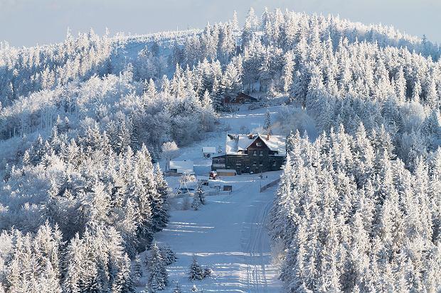 Schronisko Klimczok znajduje się na wysokości 1052 m pomiędzy szczytem Magury i przełęczą Siodło. Szczyt góry Klimczok jest 700 m dalej na zachód.