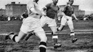 Ernest Wilimowski (z lewej) podczas meczu Ruchu z Wartą w Poznaniu w 1937 r.
