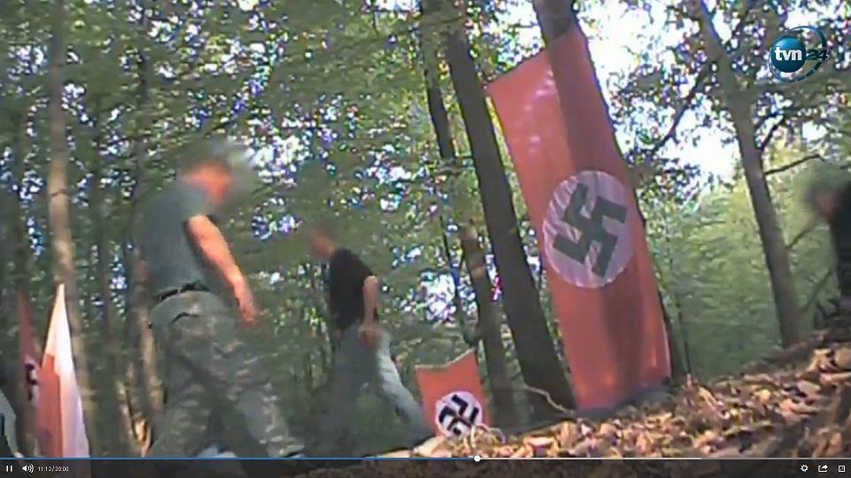Kadr z filmu nagranego podczas imprezy urodzinowej Hitlera zorganizowanej przez neonazistów w lesie koło Wodzisławia Śląskiego