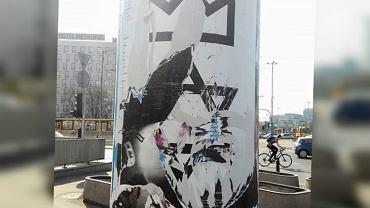 Zniszczony plakat spektaklu 'Król' w Teatrze Polskim