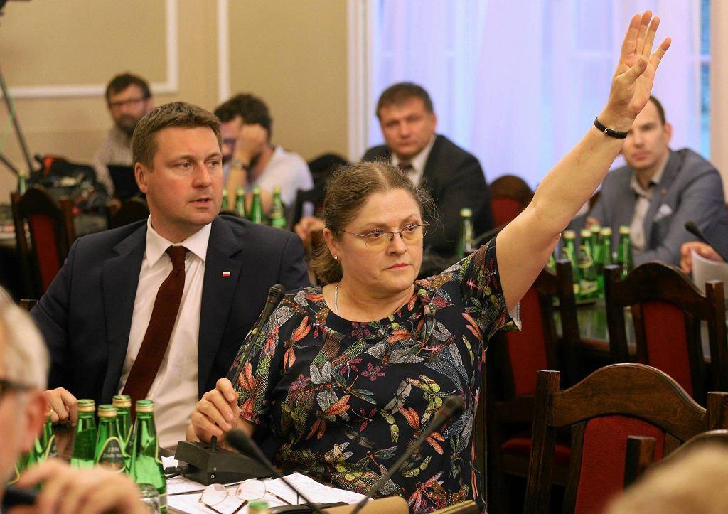 Posłanka PiS Krystyna Pawłowicz zdominowała nocne obrady (z wtorku na środę) sejmowej komisji sprawiedliwości. Atakowała opozycję i obecnych na sali gości, szczególnie sędziego Waldemara Żurka, rzecznika Krajowej Rady Sądownictwa