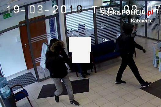 Katowice. Policja szuka dwóch mężczyzn, którzy napadli na bank na os. Tysiąclecia