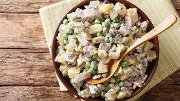 Sałatka śledziowa z ziemniakami to danie znane w kuchni polskiej tak samo, jak i w innych słowiańskich krajach.