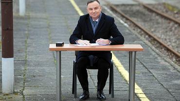 Końskie, 4 marca 2020. Prezydent Andrzej Duda podpisuje ustawę o transporcie kolejowym na dawnym dworcu kolejowym przy ul. Sportowej