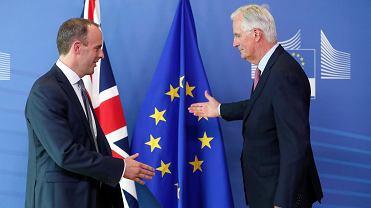 Nowy brytyjski minister ds. brexitu Dominic Raab wita się z głównym negocjatorem ze strony Unii Europejskiej Michelem Barnierem na spotkaniu w Komisji Europejskiej w Brukseli, 19 lipca 2018