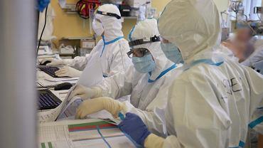 Pandemia koronawirusa. Oddział covidowy w Szpitalu Klinicznym im. Heliodora Święcickiego. Pod opieką anestezjologów - pod respiratorami - leczy się kilkudziesięciu pacjentów w najcięższym stadium zakażenia COVID-19. Poznań, 2 grudnia 20250