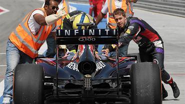 Testy w Bahrajnie - Sebastian Vettel własnoręcznie wpycha swój bolid do garażu