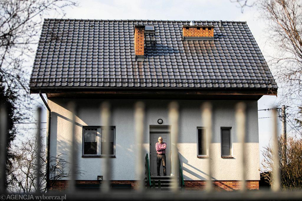 Roman Kalina na progu swojego domu pod Poznaniem, gdzie odbywa kwarantannę po przyjeździe z Francji