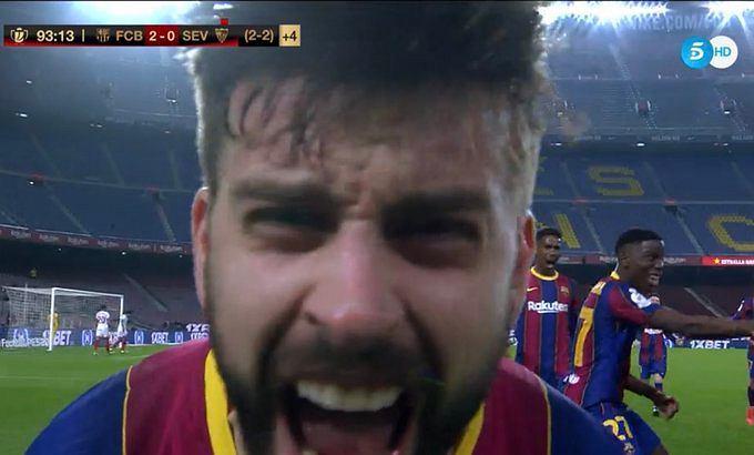 Radość Gerarda Pique po golu dającym dogrywkę w starciu Barcelona - Sevilla