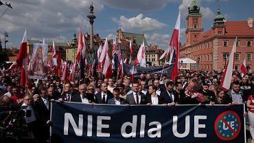 Robert Winnicki, Janusz Korwin Mikke, Krzysztof Bosak i Witold Tumanowicz podczas Marszu Suwerenności w Warszawie zorganizowanego przez Konfederację KORWiN Braun Liroy Narodowcy w 15. rocznicę przystąpienia Polski do Unii Europejskiej, 1 maja 2019.
