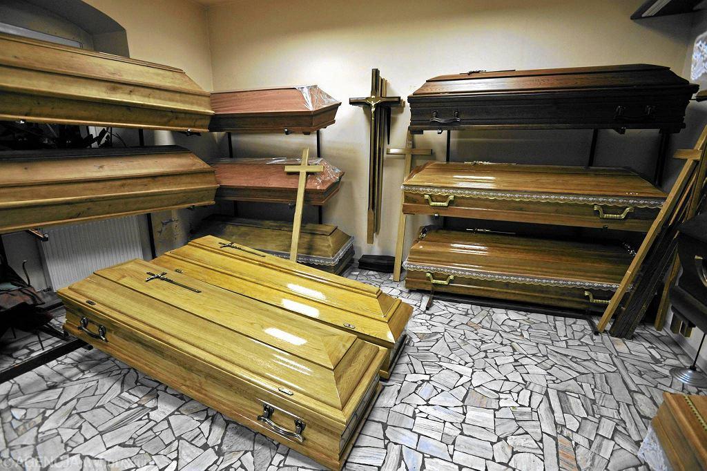 Trumny w zakładzie pogrzebowym