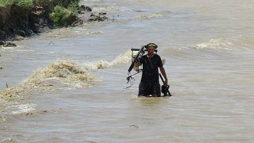 Hubert Kisiński 'zbiera' części roweru amazońskiego po zniszczeniu przez fale Amazonki
