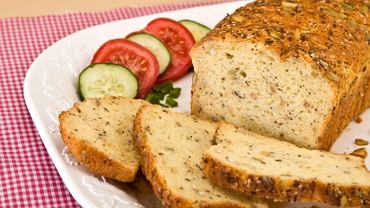 Chleb, który smakuje niemal jak ten powszechny, mimo, że bez glutenu, jajka czy mleka? Tak, to możliwe dzięki różnym dodatkom do pieczywa. Warto poznać je lepiej