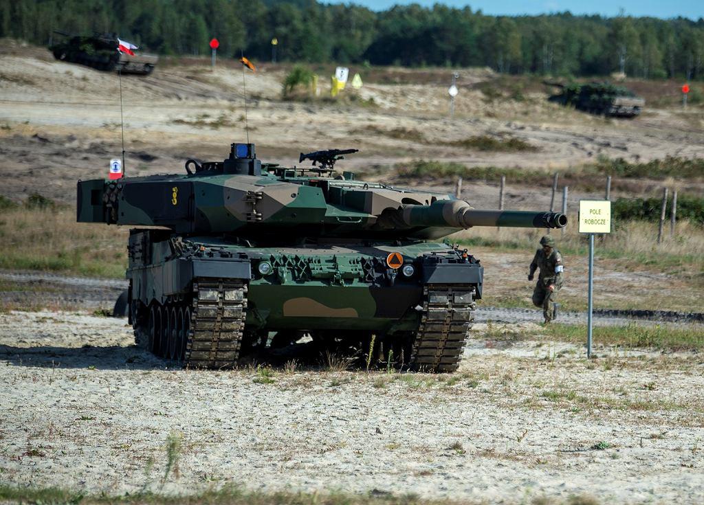 Leopard 2PL podczas ćwiczeń już z symbolem 1. Warszawskiej Brygady Pancernej