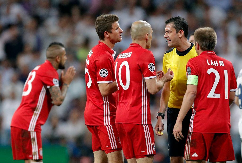 Real Madryt - Bayern Monachium, ćwierćfinał Ligi Mistrzów. Sędzia Viktor Kassai w otoczeniu piłkarzy Bayernu