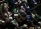 Prezydent wygłasza orędzie. Tymczasem przed Sejmem protest, a w ławach opozycji białe róże