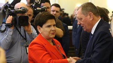 Premier Beata Szydło i minister środowiska Jan Szyszko podczas posiedzenia rządu, 5 grudnia 2017.