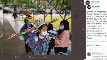 Koronawirus. Dzieci wróciły do szkół. Noszą nietypowe czapki