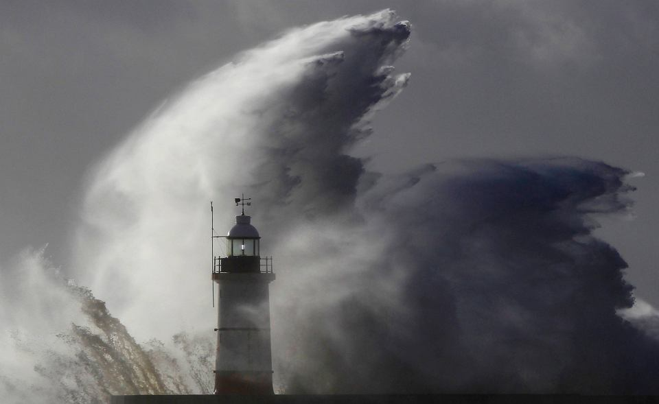 Kilkanaście ofiar śmiertelnych, tysiące domów pozbawionych prądu, odwołane loty i pociągi. Nad Europą przeszła wichura, wywołana zderzeniem dwóch frontów. Najmocniej wiało w Wielkiej Brytanii. Na zdjęciu: fale rozbijają się o latarnię morską w Newhaven w południowo wschodniej Anglii.