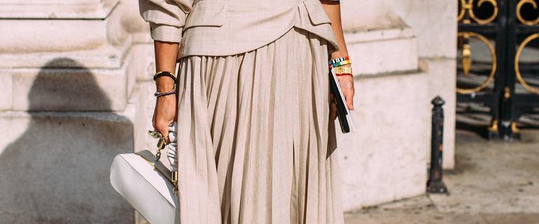 Modne spódnice dla pań po 50 roku życia - zobacz jakie fasony będą dla Ciebie najlepsze