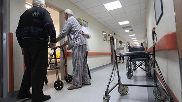 Nieczułe, opryskliwe, niewykształcone? Potrzebujemy młodych pielęgniarek. I nie szanujemy ich