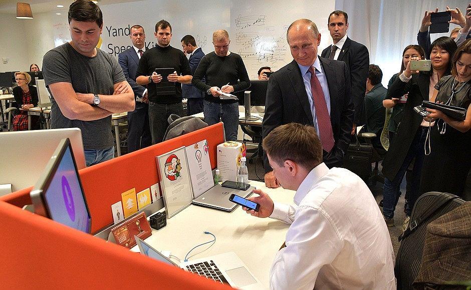 Władimir Putin, prezydent Rosji, odwiedza moskiewską siedzibę Yandex