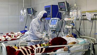 Pacjent zakażony koronawirusem w szpitalu w Teheranie.