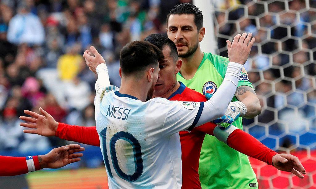 Lionel Messi kontra Gary Medel