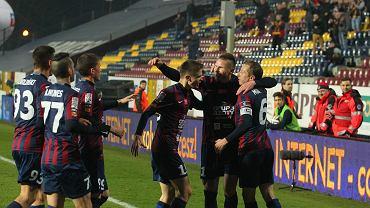 Marcin Robak zbiera gratulacje po golu w meczu z GKS Bełchatów