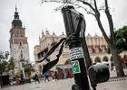Czarne wstążki zawisły na krakowskich pomnikach [ZDJĘCIA]