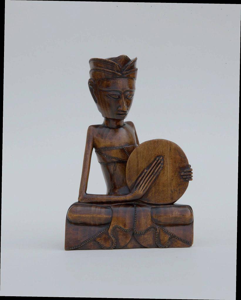 'Siedzący mężczyzna z bębnem', anonimowy rzeźbiarz balijski, ok. 1930. Wystawa 'Magia i sztuka Bali'. / 'Siedzący mężczyzna z bębnem', anonimowy rzeźbiarz balijski, ok. 1930. Wystawa 'Magia i sztuka Bali'.