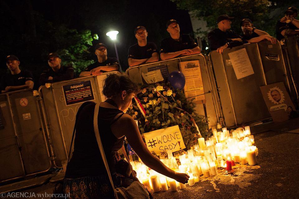Demonstracja przeciwników pisowskiej koncepcji likwidacji trójpodziału władz. Warszawa, pod Sejmem, 20 lipca 2017