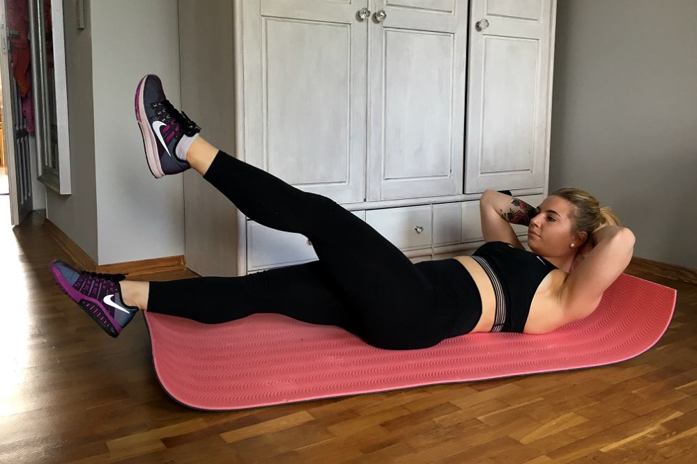 Nożyce Połóż się na macie, ręce spleć za głową. Na zmianę unoś i opuszczaj wyprostowane nogi. Im niżej nogi , tym mocniej pracują mięśnie naszego brzucha.