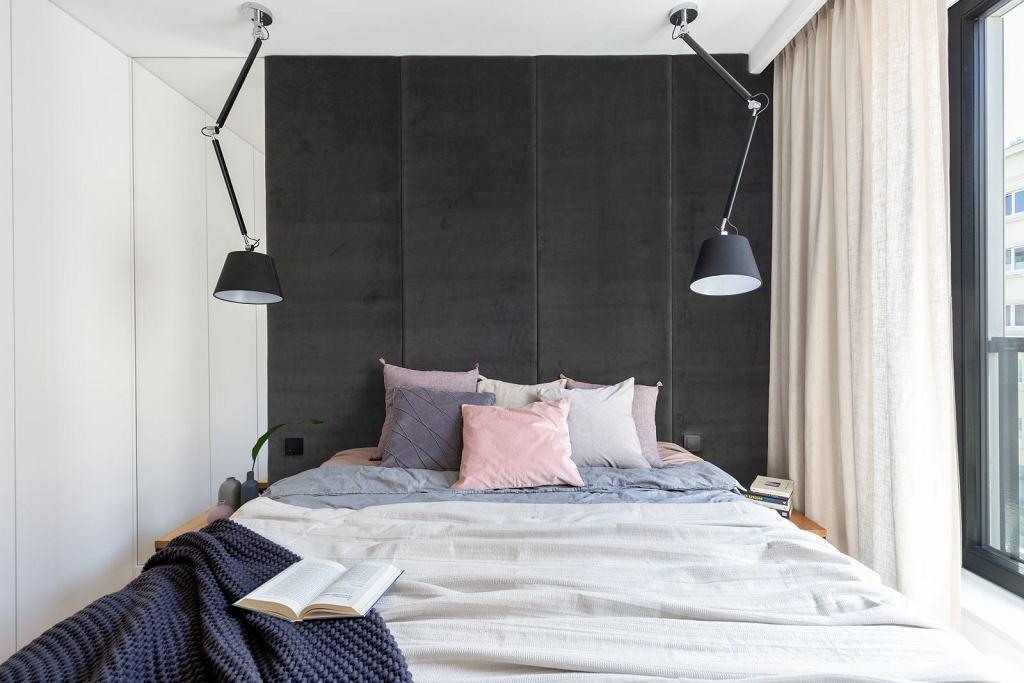 Komfortowe łóżko z czarnym zagłówkiem