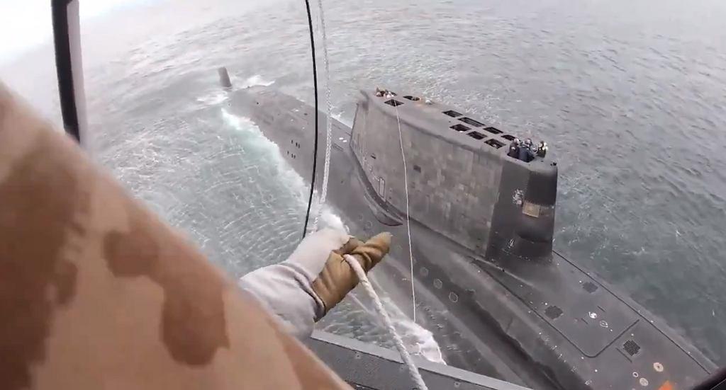 Podnoszenie członka załogi atomowego okrętu podwodnego na pokład śmigłowca