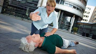 """Bywa, że osoba starsza po omdleniu nie pamięta, że straciła przytomność - upiera się, że """"tylko"""" upadła. To nieistotne - musi zobaczyć ją lekarz"""