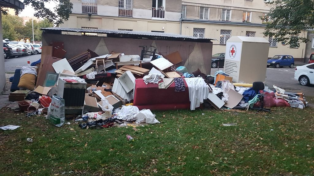 Śmieci przy altanie śmietnikowej